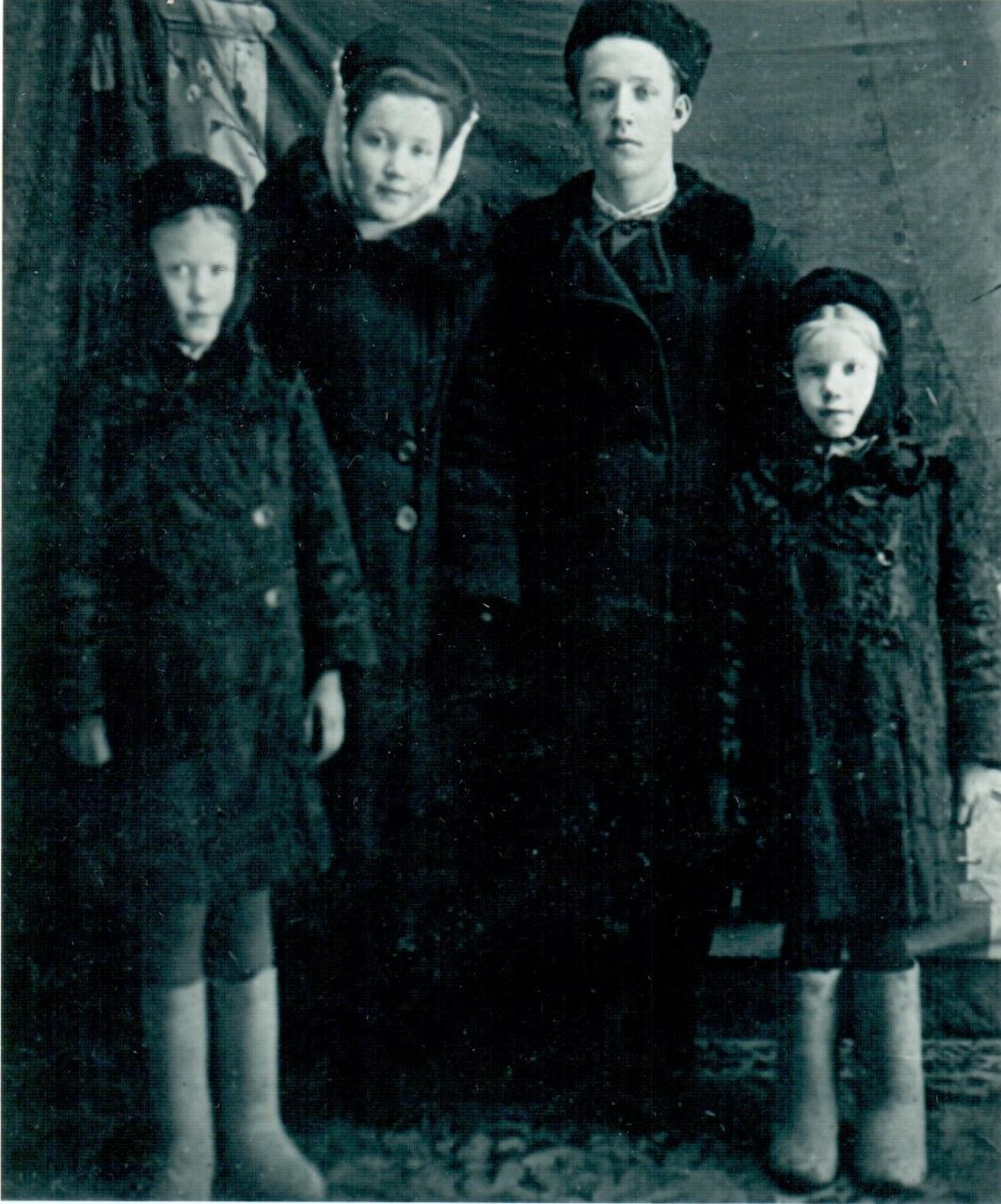 Сестра с братом и матерью 26 фотография